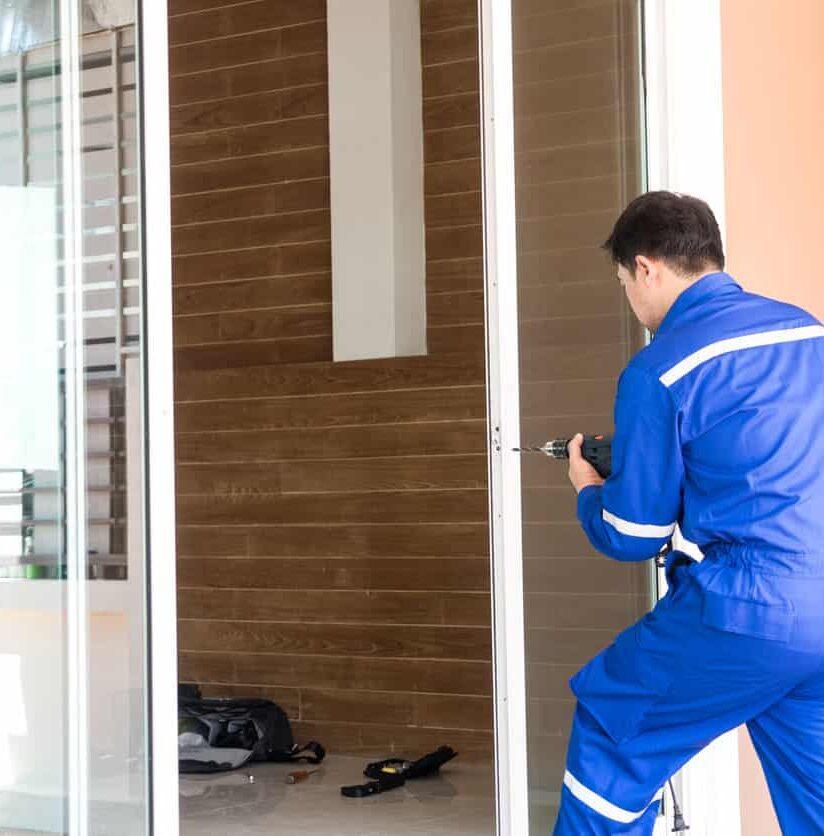 Monteur repariert Eingangstür